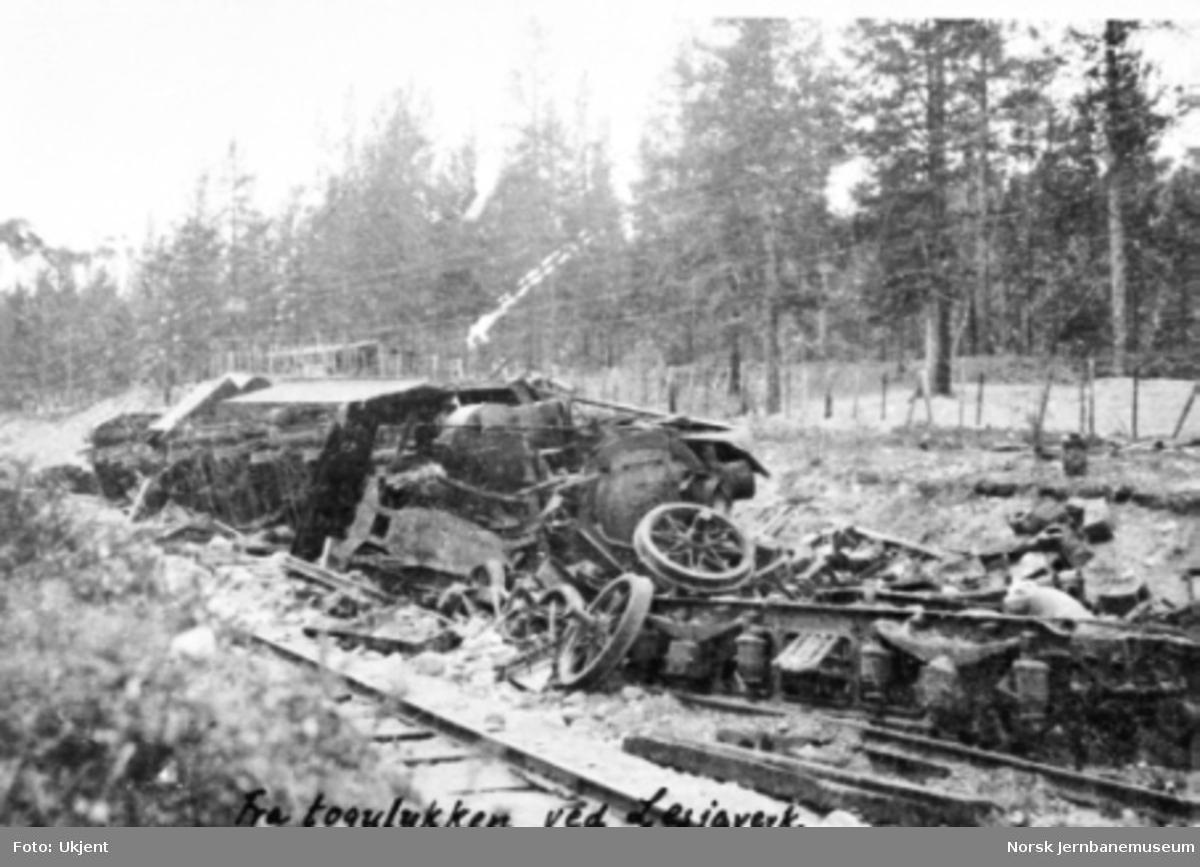Avsporet damplokomotiv type 26c nr. 435 (og type 45a nr. 5) mellom Lesjaskog og Lesjaverk, hvor toget kjørte ut i et bombehull