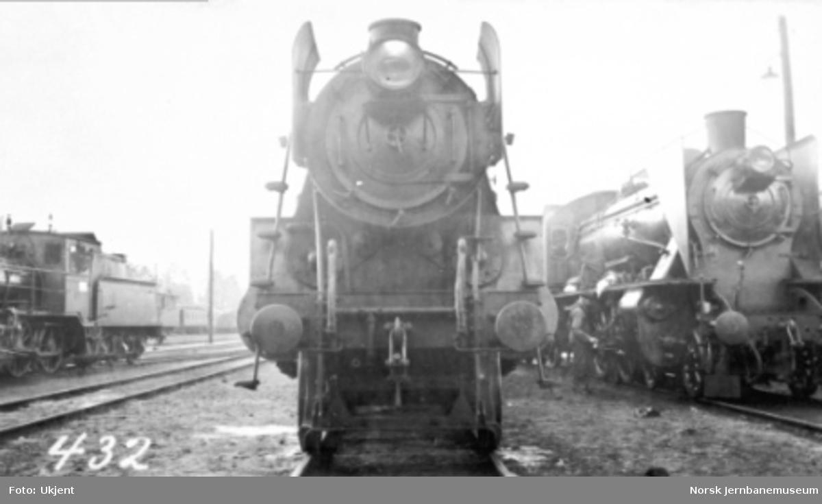 Damplokomotiv type 26c nr. 432 fotografert forfra ved siden av et av lokomotivene av type 45 og type 21b nr. 295 med småtogsutrustning