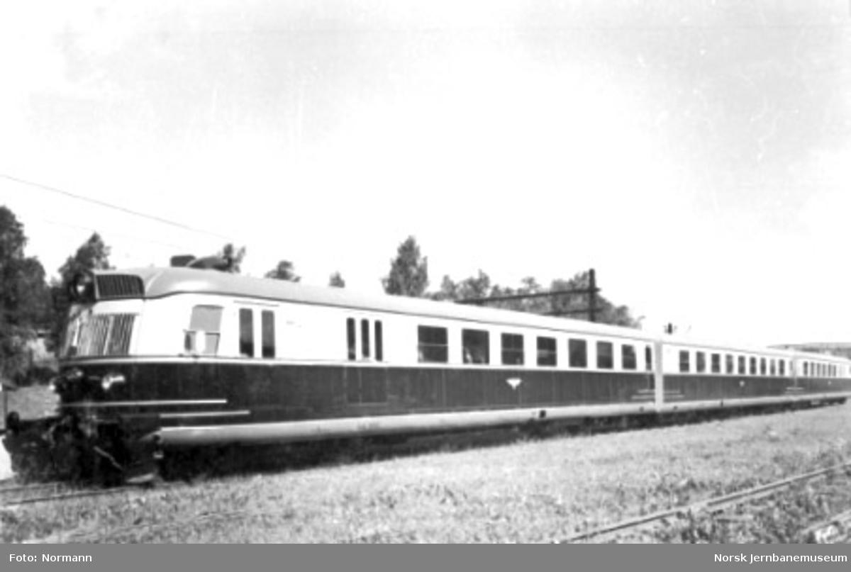 Ekspresstogsett type 88, vogn 18286 fremst