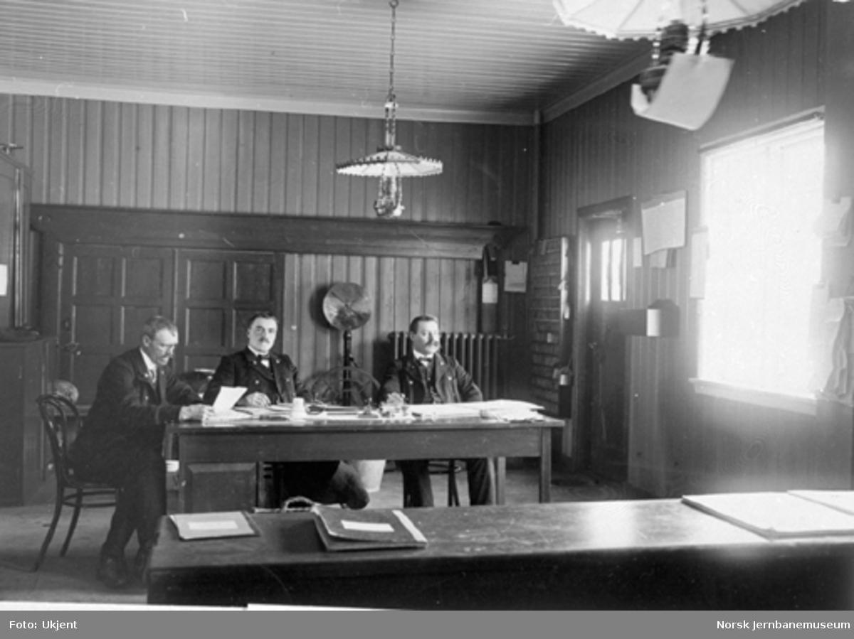 Tre mann på kontoret på Dombås stasjon