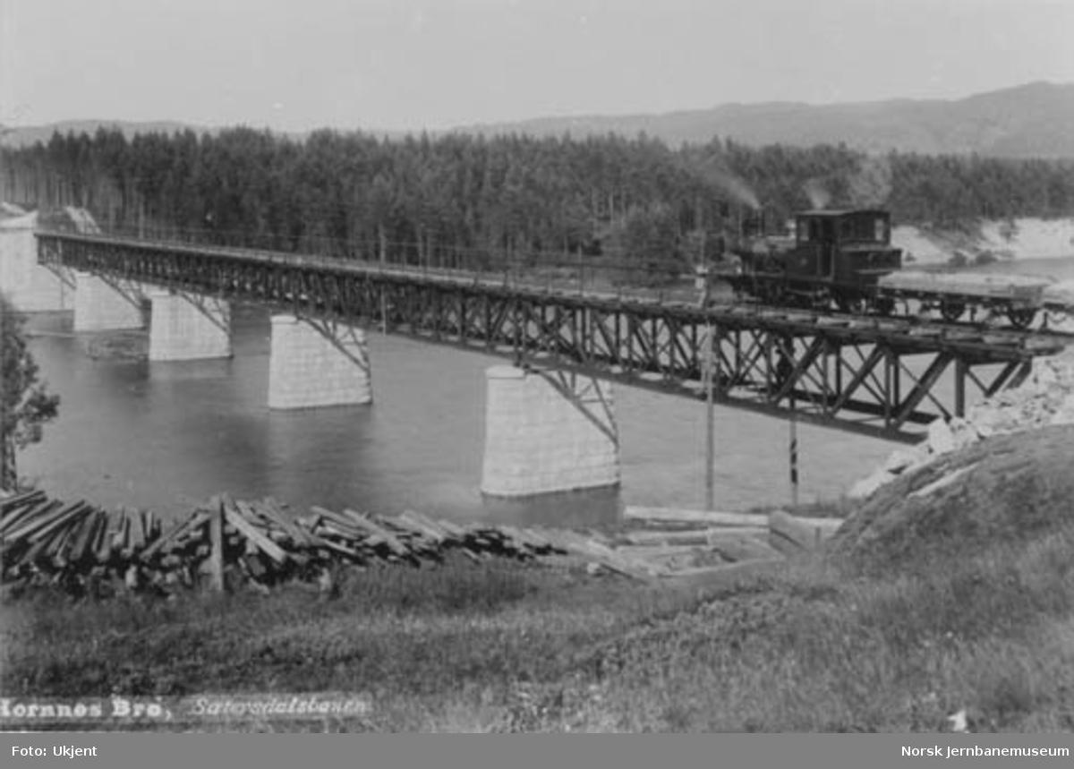 Hornnes bru med damplokomotiv nr. 3 og grusvogner