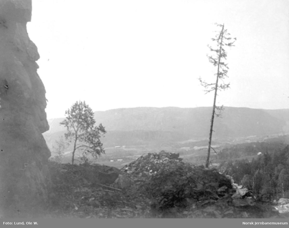 Fra anlegget av Holmestrand-Vittingfossbanen : utsprengt trasé ved banens høyeste punkt ved Mosåsen før fallet mot Vittingfoss