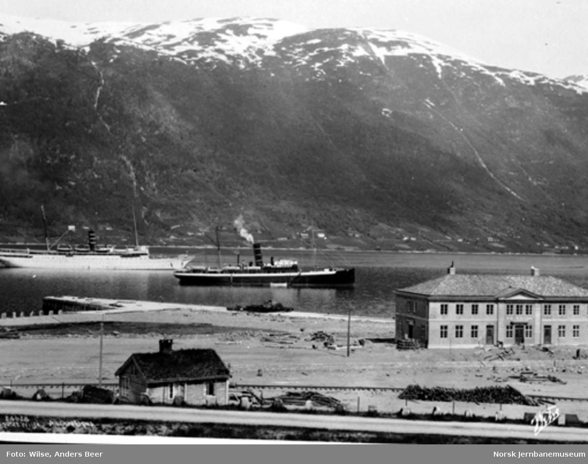 """Fra Åndalsnes stasjon under jernbaneanlegget med turistskipene """"Irma"""" og """"Meteor"""" på fjorden"""