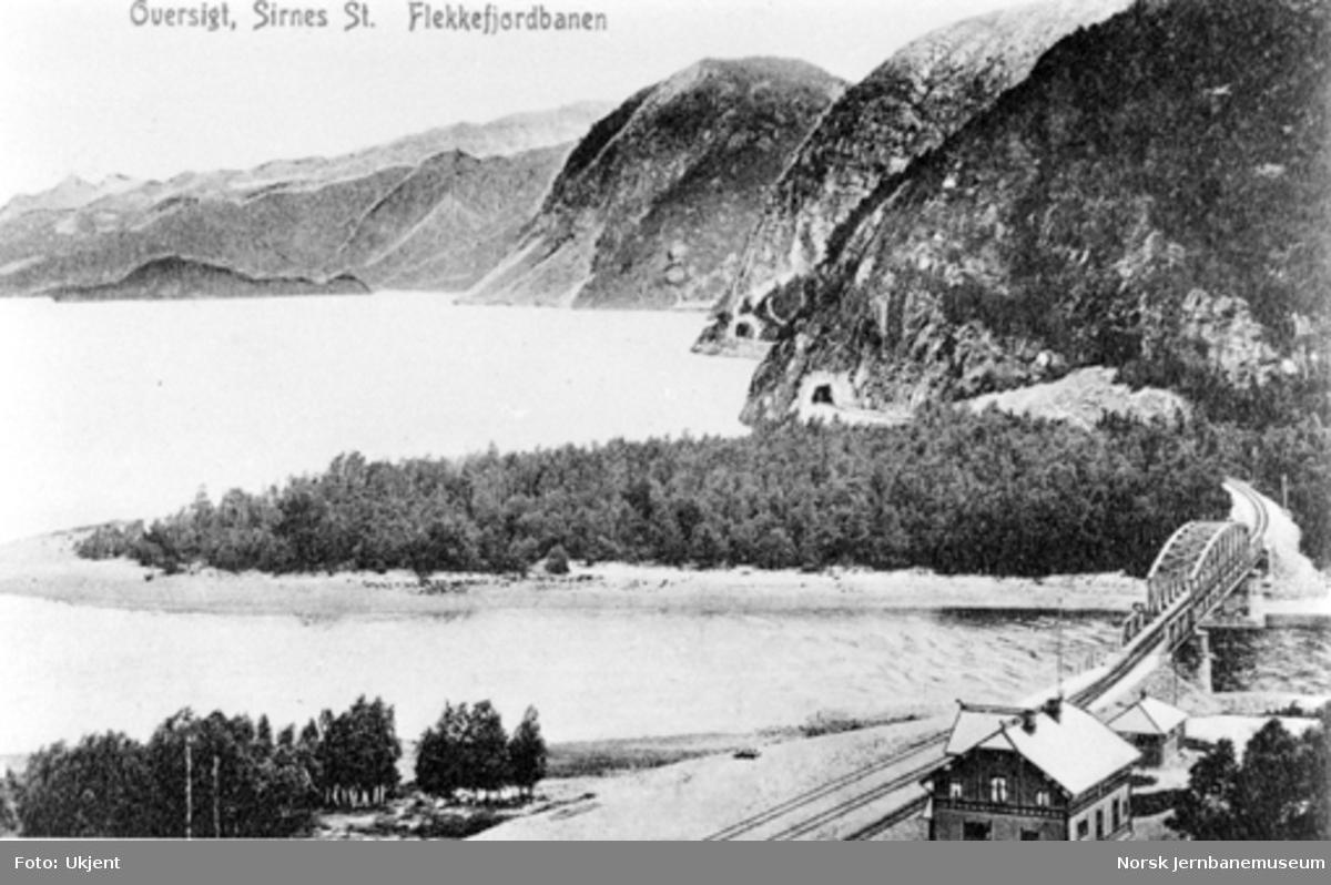 Sirnes stasjon med jernbanebrua i bakgrunnen