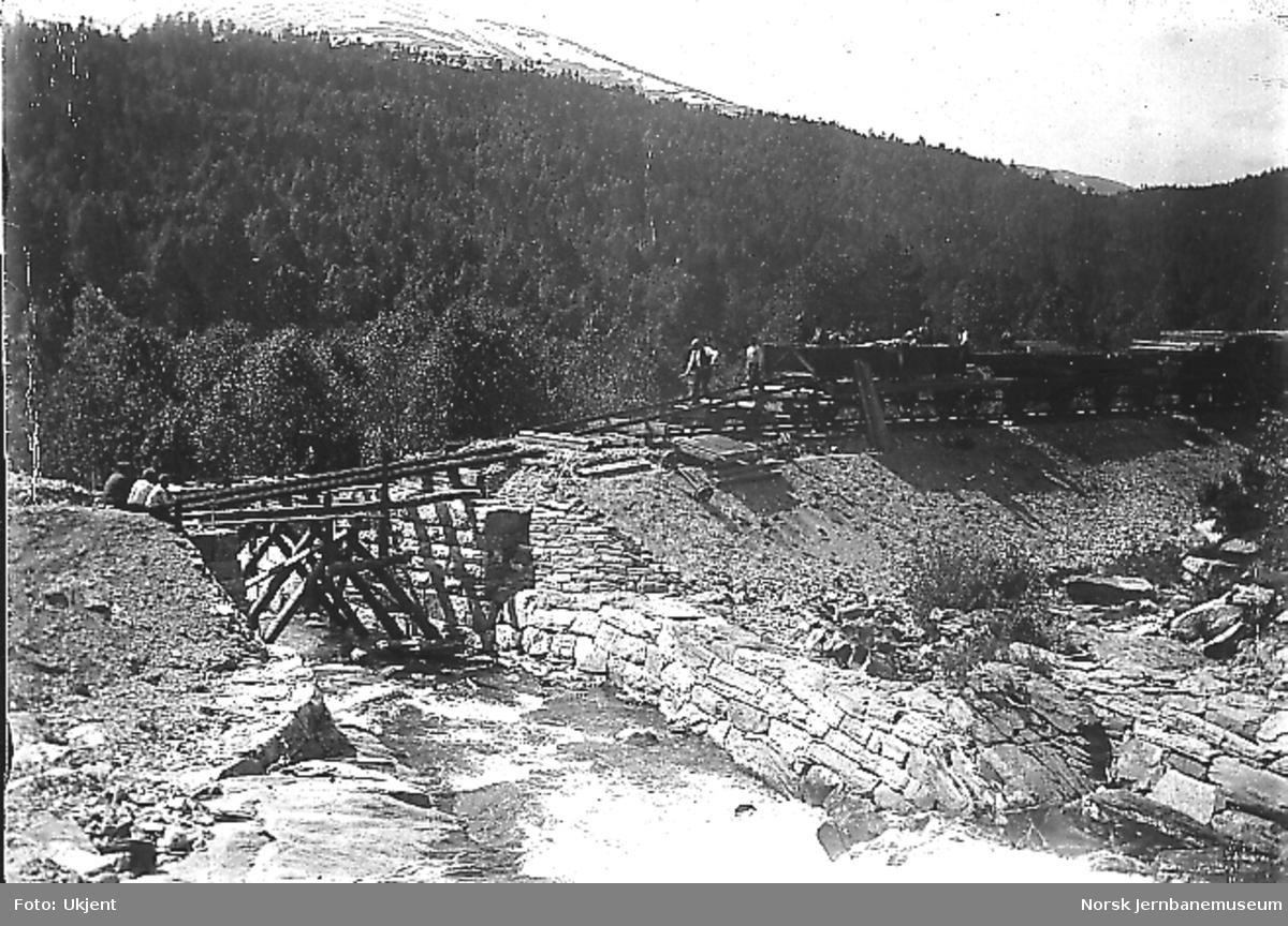 Bygging av bru for en mindre elv