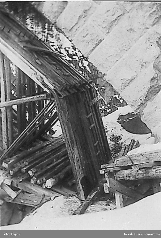 Stillas under steinhvelving på en stor steinhvelvbru, muligens Jora bru