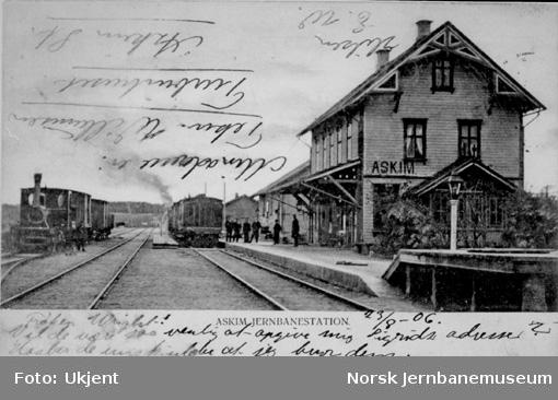 Askim stasjon med tog i spor 1 og 3