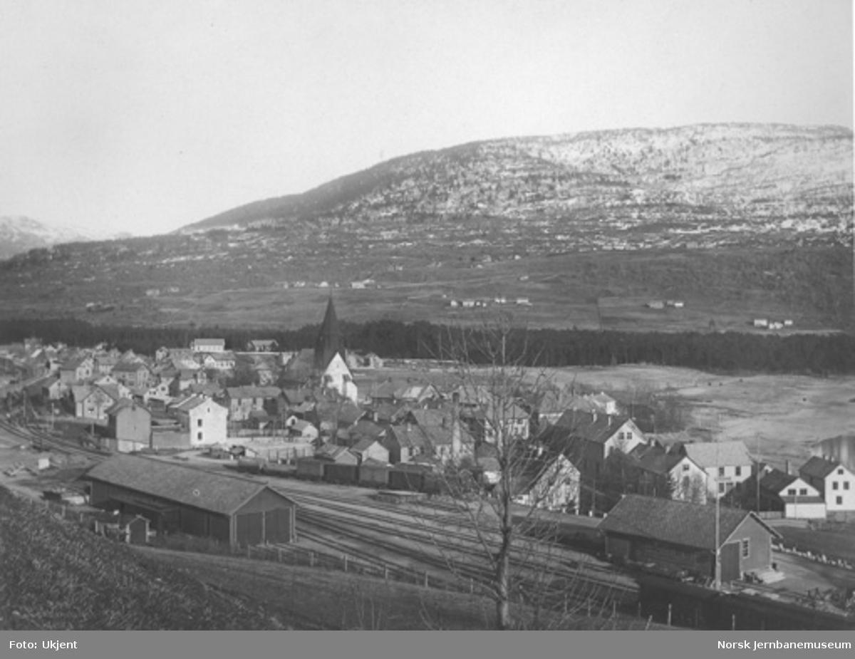 Voss stasjon, østlig del av stasjonstomta med godshus og vognremisse