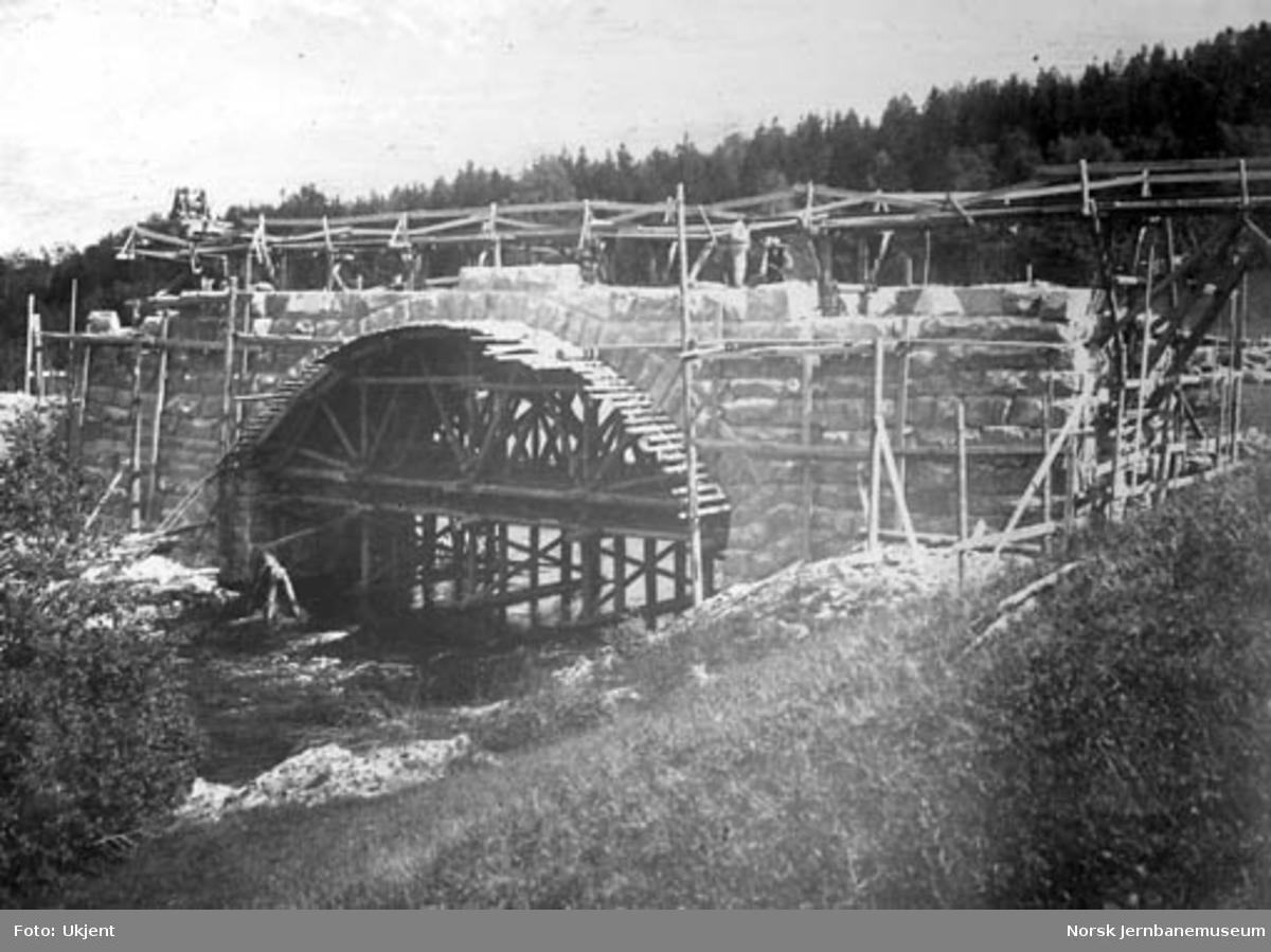 Bygging av steinhvelvbru over Fossingelva