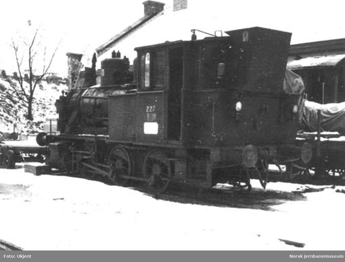 Damplokomotiv type 25a nr. 227 hensatt på Hamar stasjon etter utrangeringen