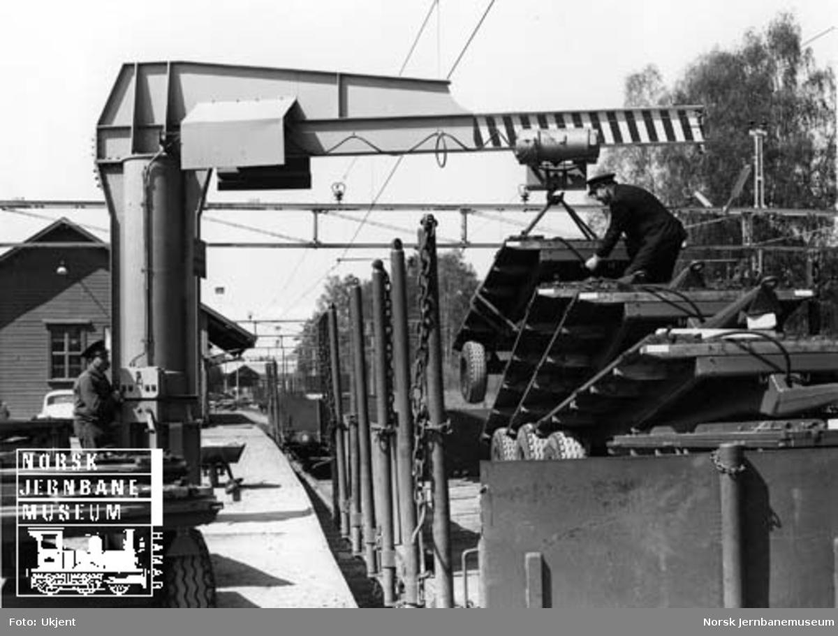 Lasting av traktortilhengere på godsvogner på Moelv stasjon