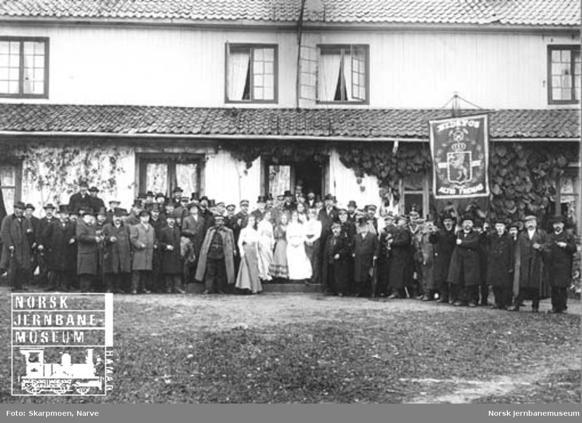 Gruppebilde av gjestene på Eidsfos Hovedgaard ved Tønsberg-Eidsfossbanens åpning