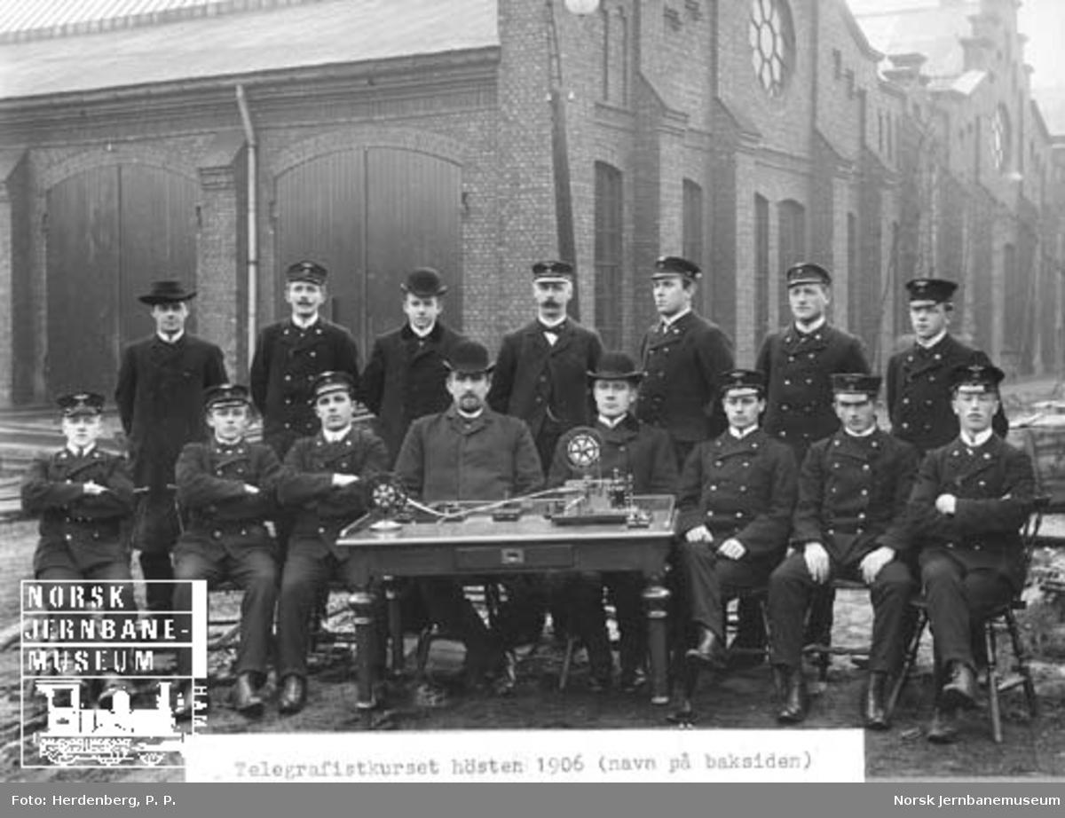 Gruppebilde med telegrafistkurset høsten 1906