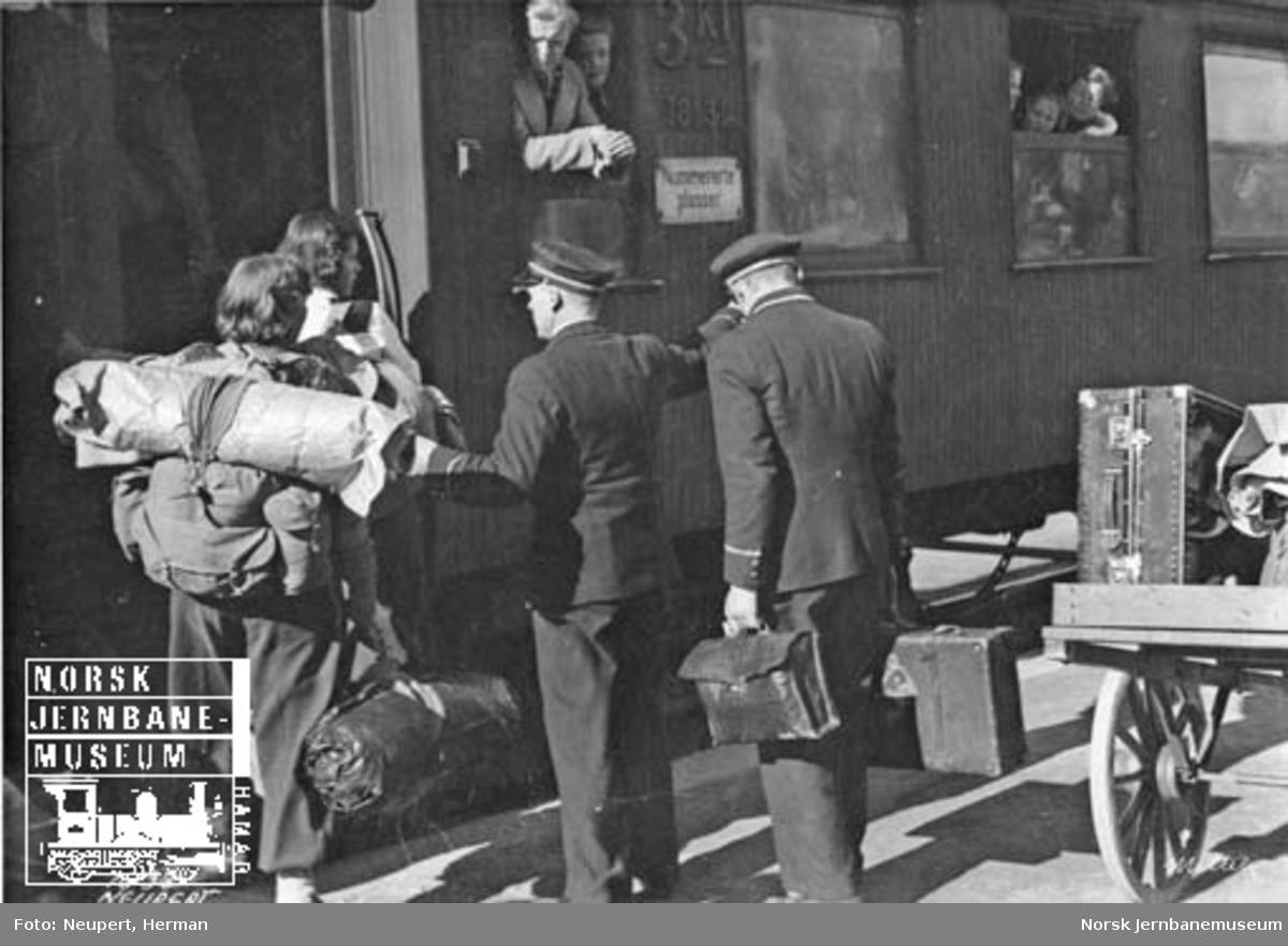 Reisende og konduktører utenfor personvogn på Oslo Ø