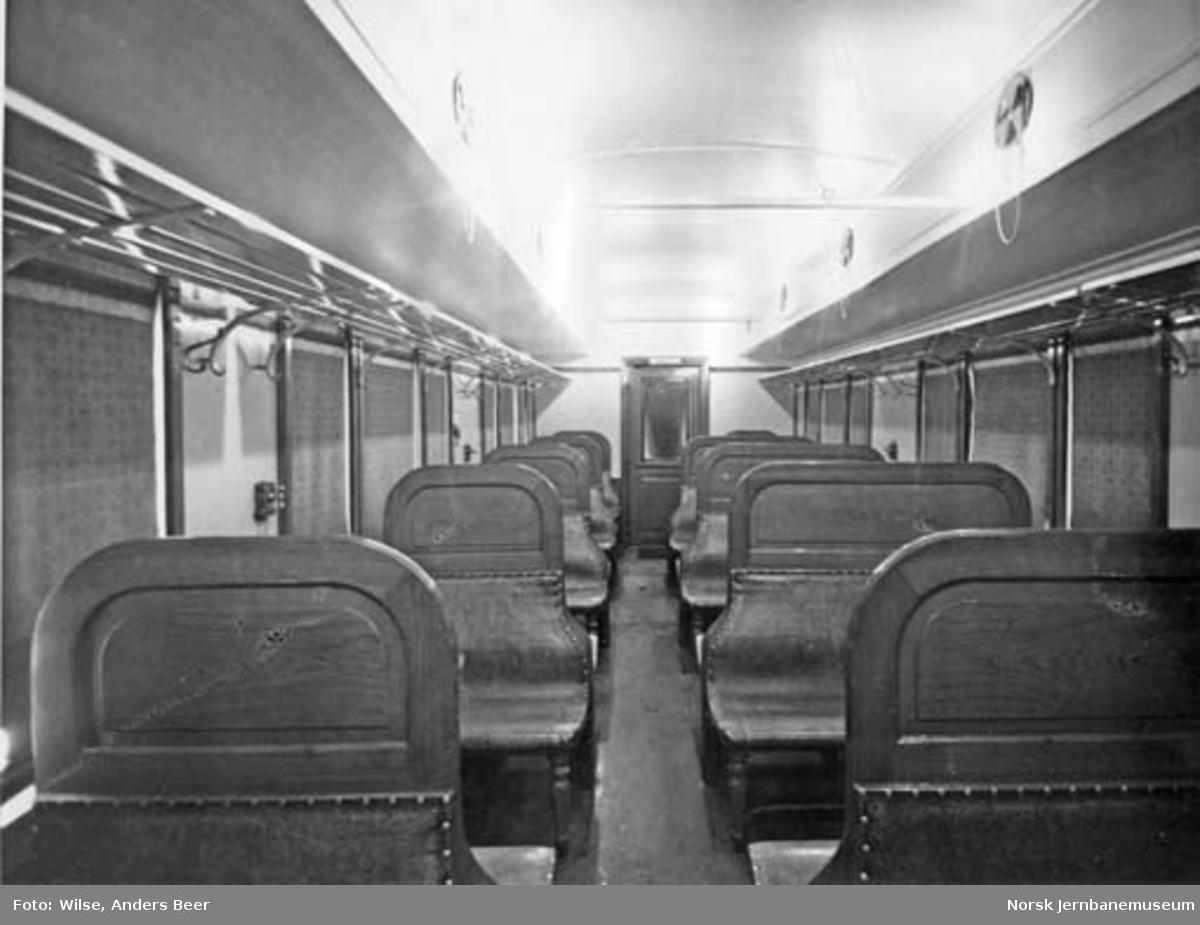 Interiørbilde fra lokaltogsvogn litra CFo4a nr. 73 med ny belysning