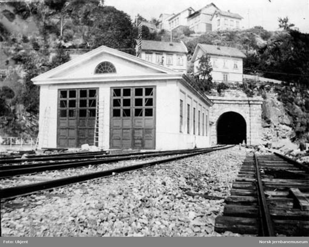 Kragerø lokomotivstall og Tangenheia tunnel, søndre innslag