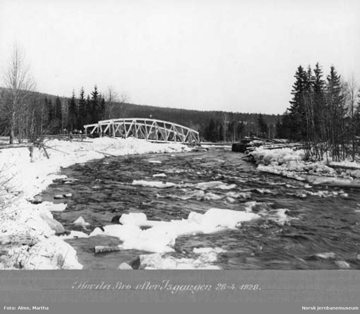 Hovda bru etter isgangen 28. april 1928 med et damplokomotiv på sporet på den andre siden av elva