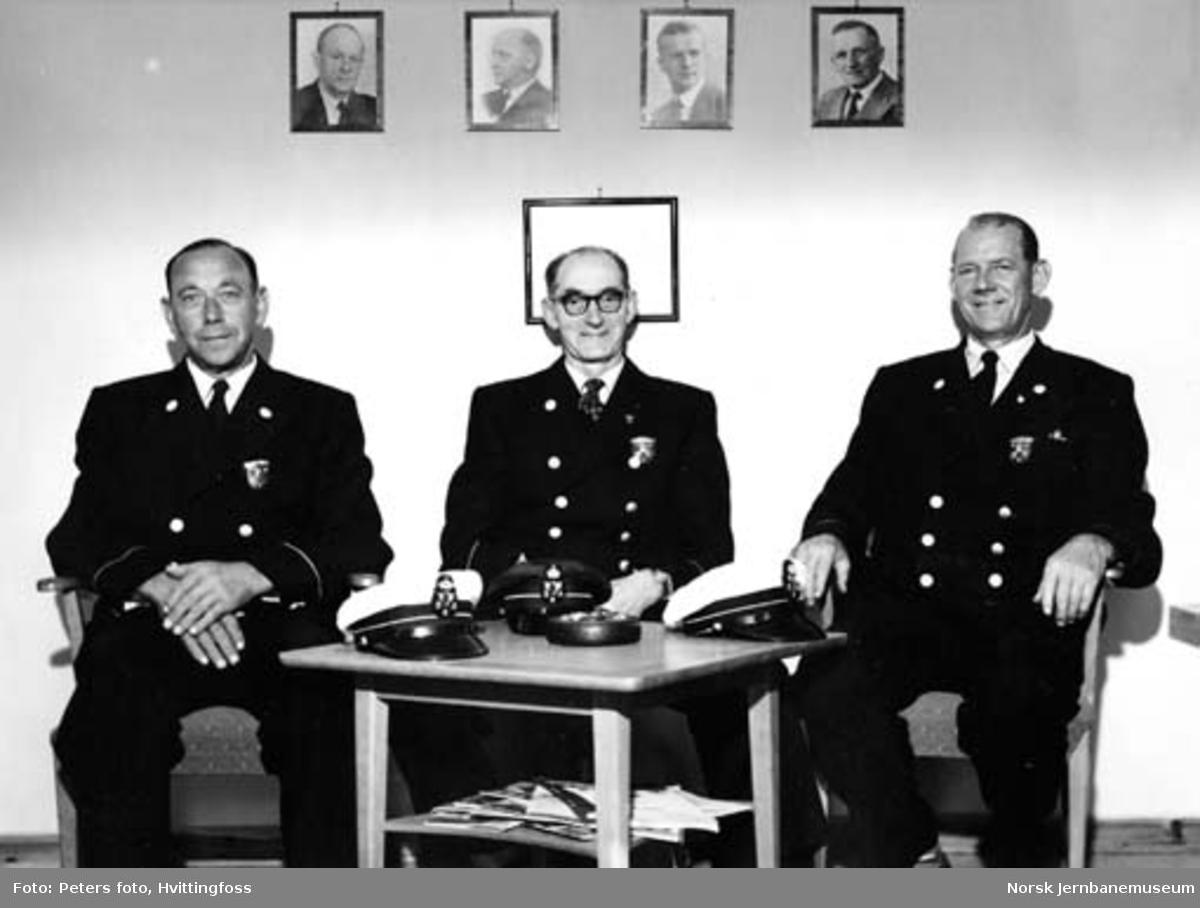 Tre av sjåførene til NSB Lågendalsruten; trolig ved tildeling av hederstegn
