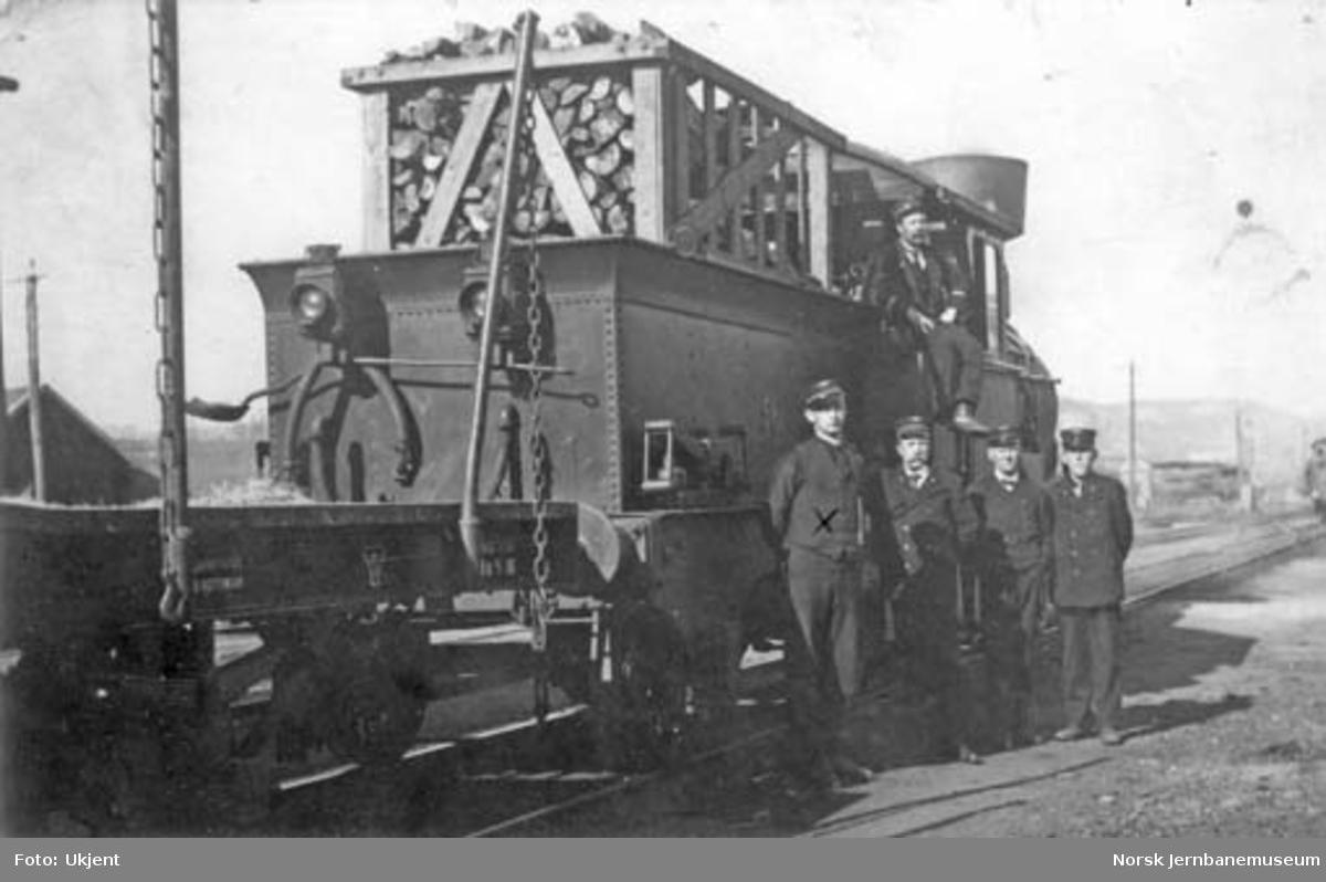 Lokomotivpersonalet foran damplok type 9a nr. 56 på Sydbanen