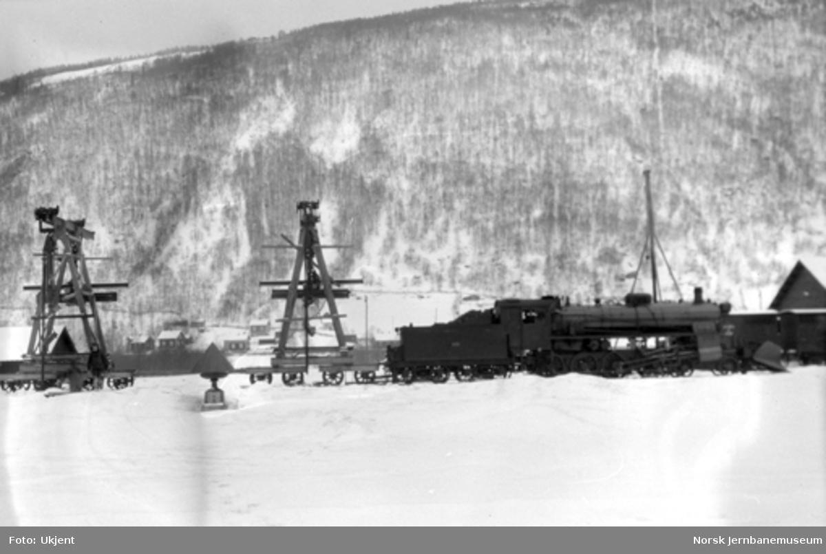 Damplokomotiv type 26c nr. 436 med arbeidstog for brumontering