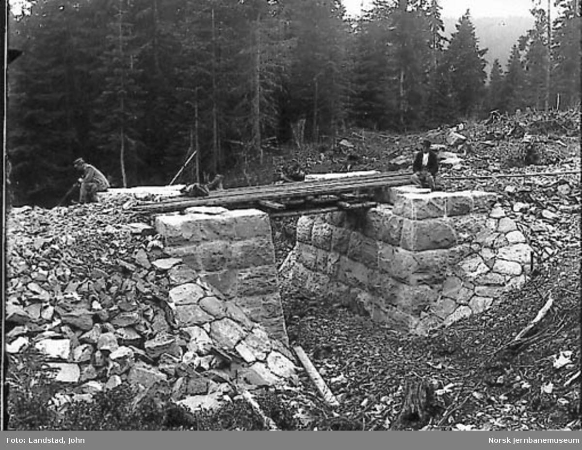 Bygging av undergang ved Hennung på Gjøvikbanens 6. avdeling