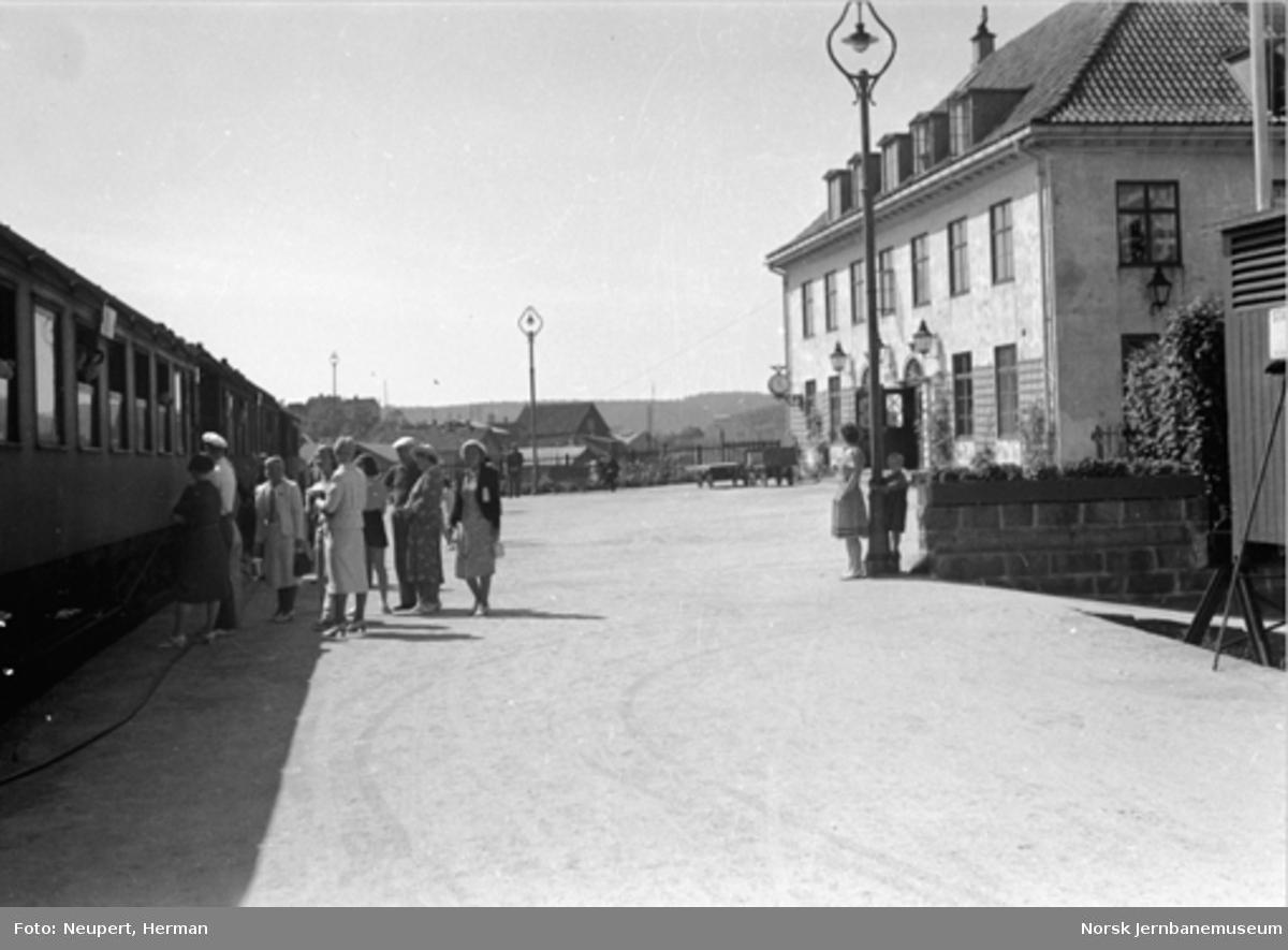 Persontog og reisende på Kragerø stasjon