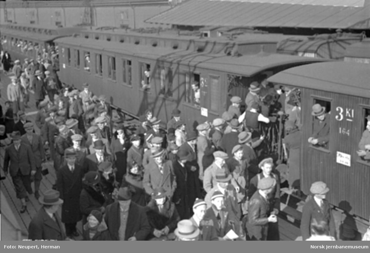 Trengsel ved påstigning på et persontog på Oslo Østbanestasjon
