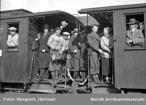 Reisende på åpne plattformer på et persontog på Oslo Østbanestasjon