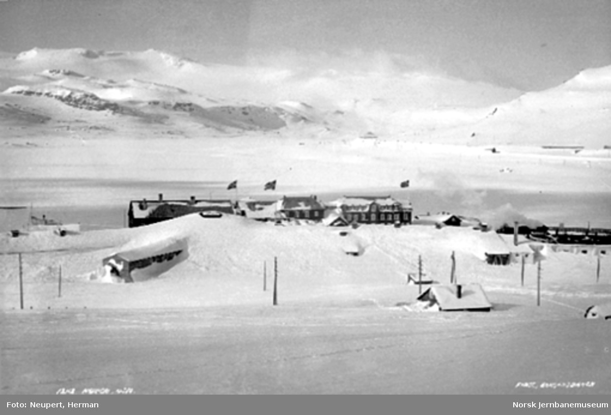 Oversiktsbilde med Finse stasjon og hotellet med Hardangerjøkulen i bakgrunnen