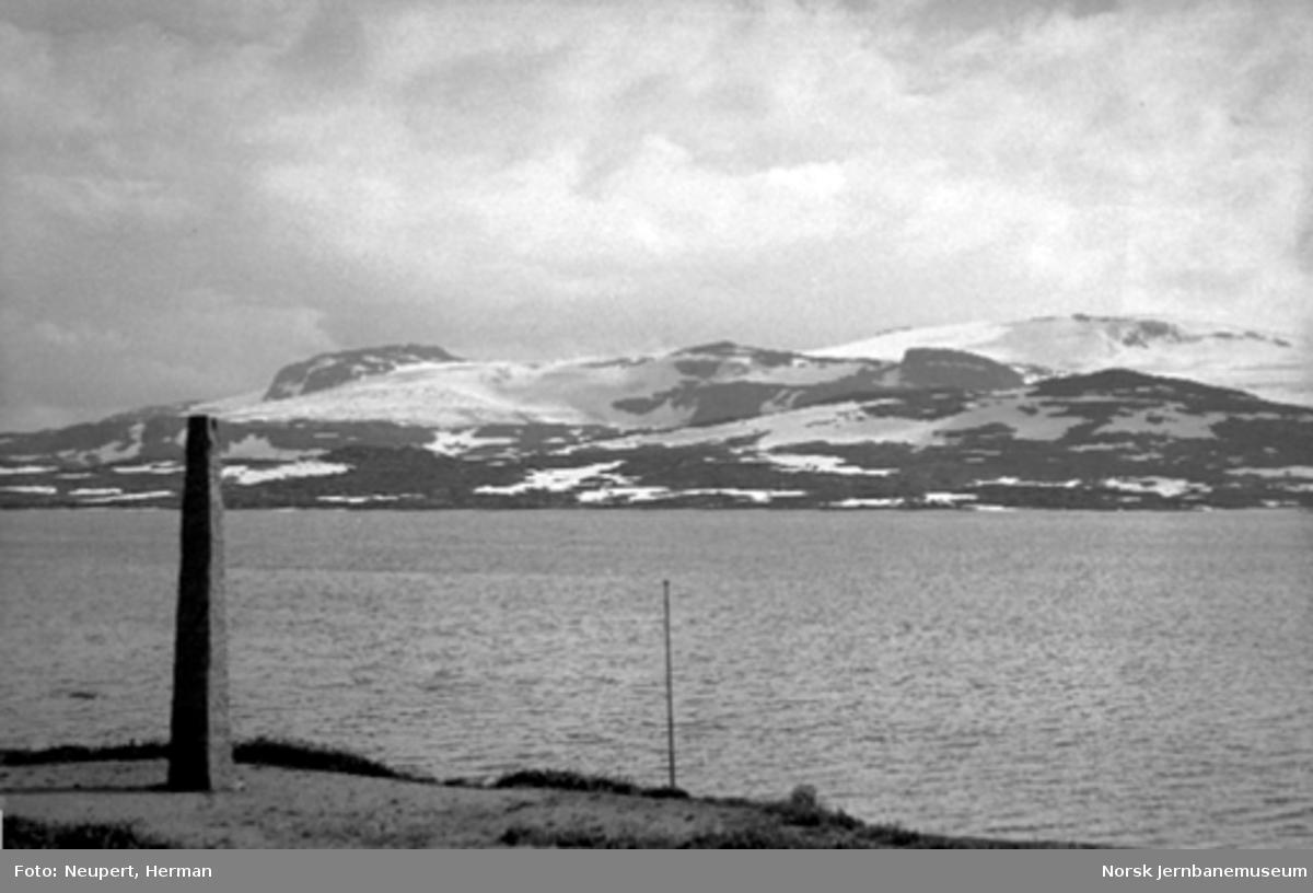 Utsikt fra Bergensbanen med steinstøtte i forgrunnen