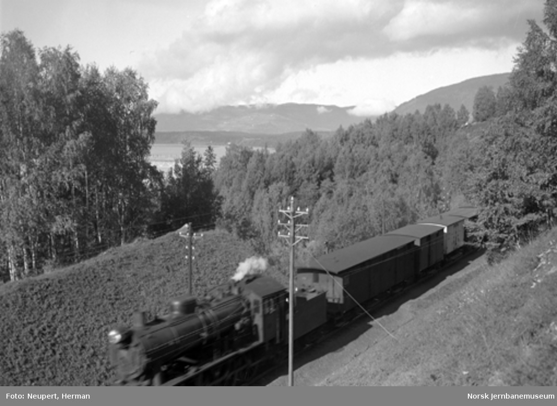 Godstog på vei sørover, fotografert litt sør for Lillehammer