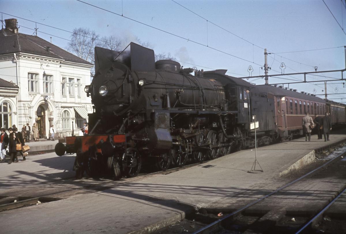 Påsketog 7305 fra Oslo Ø til Otta står på Hamar stasjon