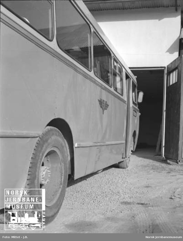 Lågendalsruten : buss Z-1807 foran garasjen i Svarstad