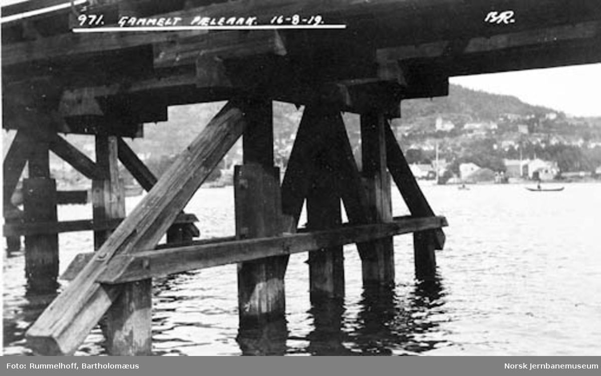 Drammensbruene : Strømsøløpet, gammelt peleåk