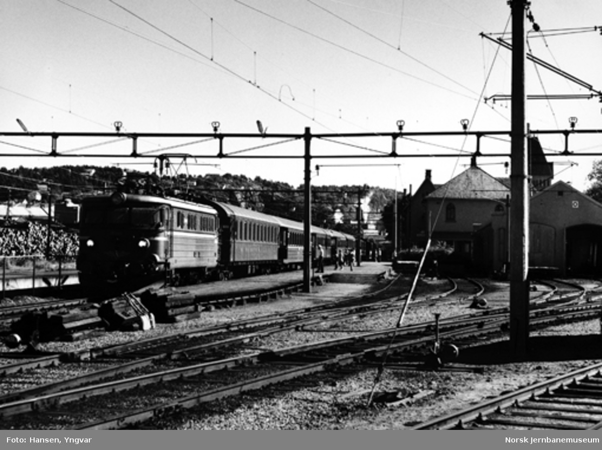 """""""Oslopilen"""" Göteborg-Oslo på Halden stasjon, hvor toget forsterkes med tre trevogner"""