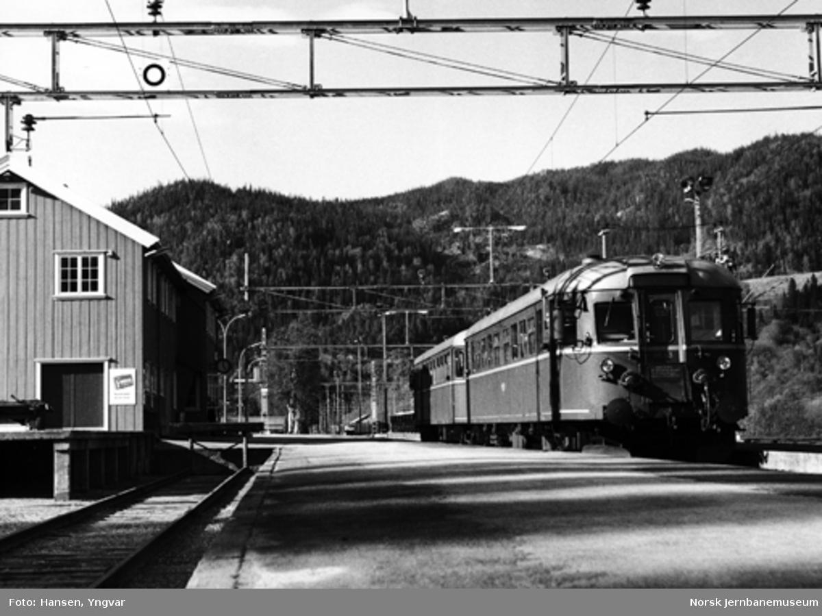 Motorvognsett type 86 i lokaltog på Støren stasjon