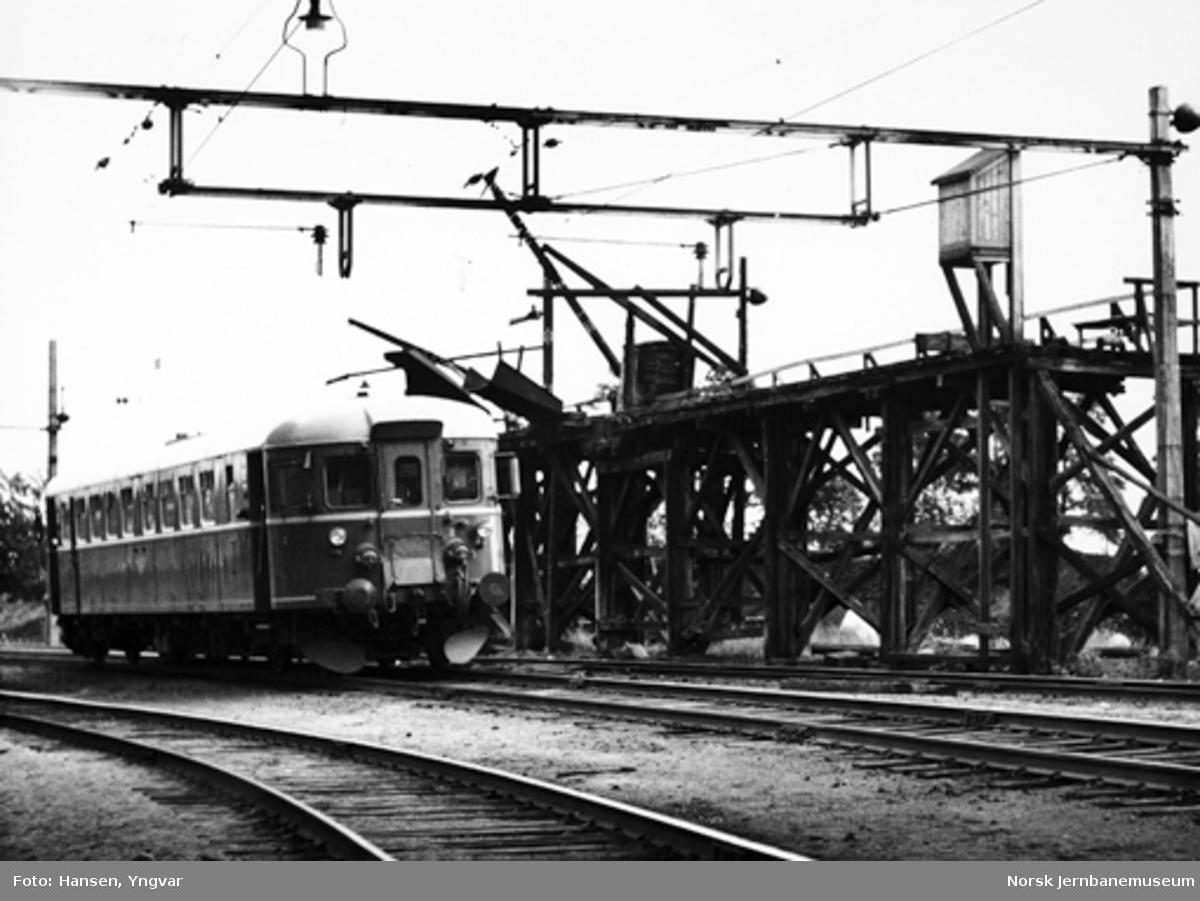 Persontog fra Elverum, motorvogn type 86, passerer den gamle kullbukken på Hamar stasjon