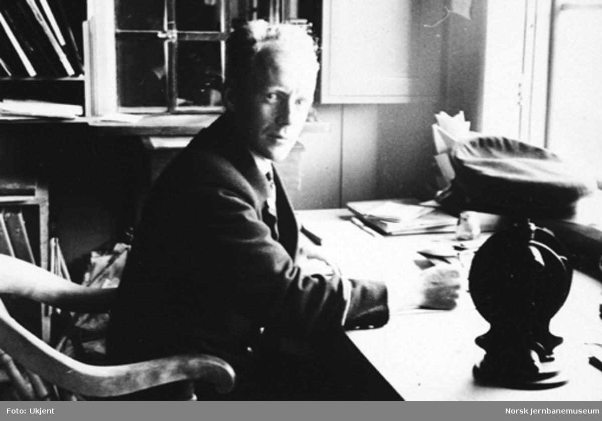 Togekspeditør Fredrik Arentz ved skrivebordet på Flåtådal stasjon