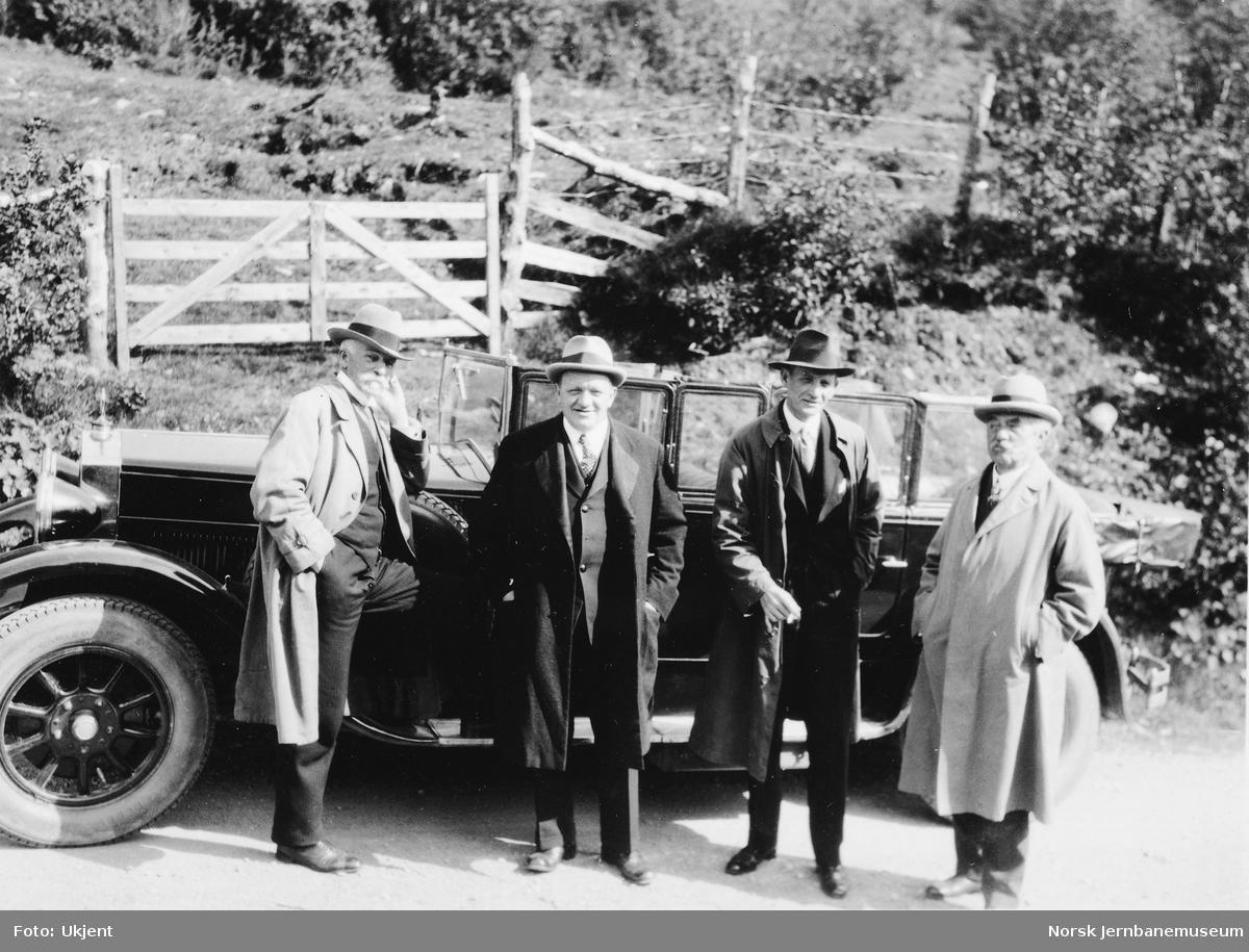 Fire menn foran en bil ved befaring på Thamshavnbanen