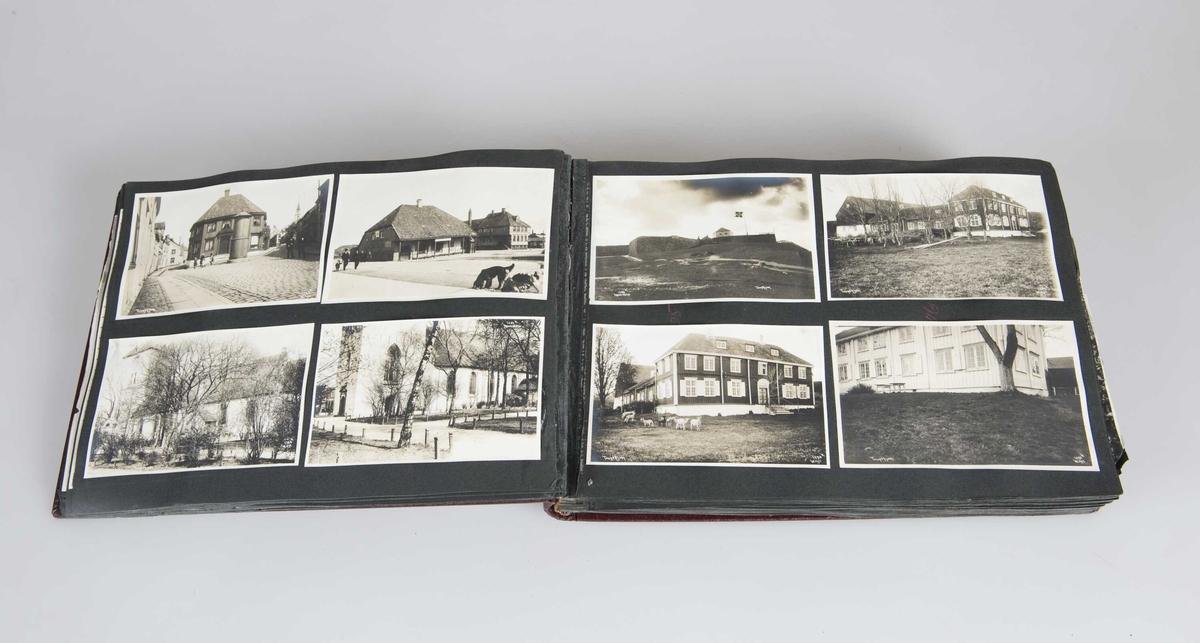 Svart-hvitt fotografier montert i innbundet album med vinrøde permer. Gulfarget innskrift på rygg.