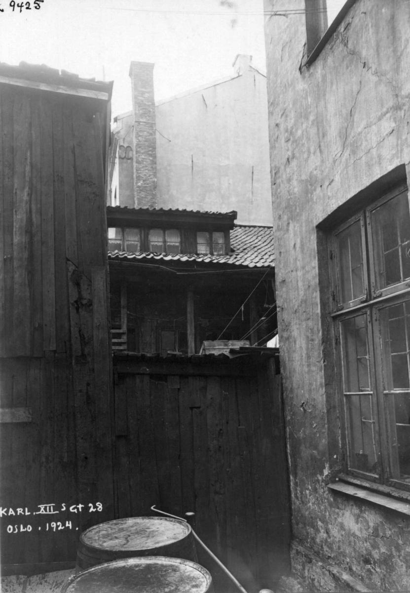 Karl XIIs gate 28, Oslo, 1924. Bakgård med boliger.