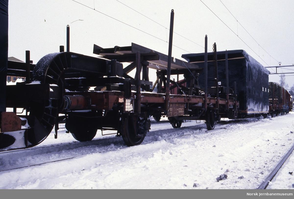 Ferdighusseksjoner fra Moelven Brug lastet på transportbrønner mellom godsvogner litra Kbmp-t