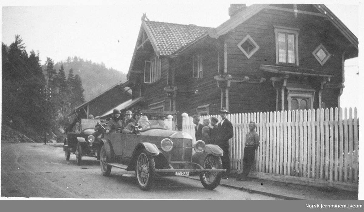Personbiler foran Hægeland stasjon