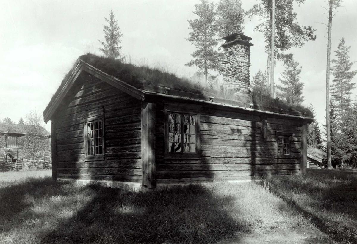 Olen, Øvre Steien, Alvdal, Nord-Østerdal, Hedmark. Lita tømmerstue med torv på taket sett fra baksiden. Nå på Glomdalsmuseet.