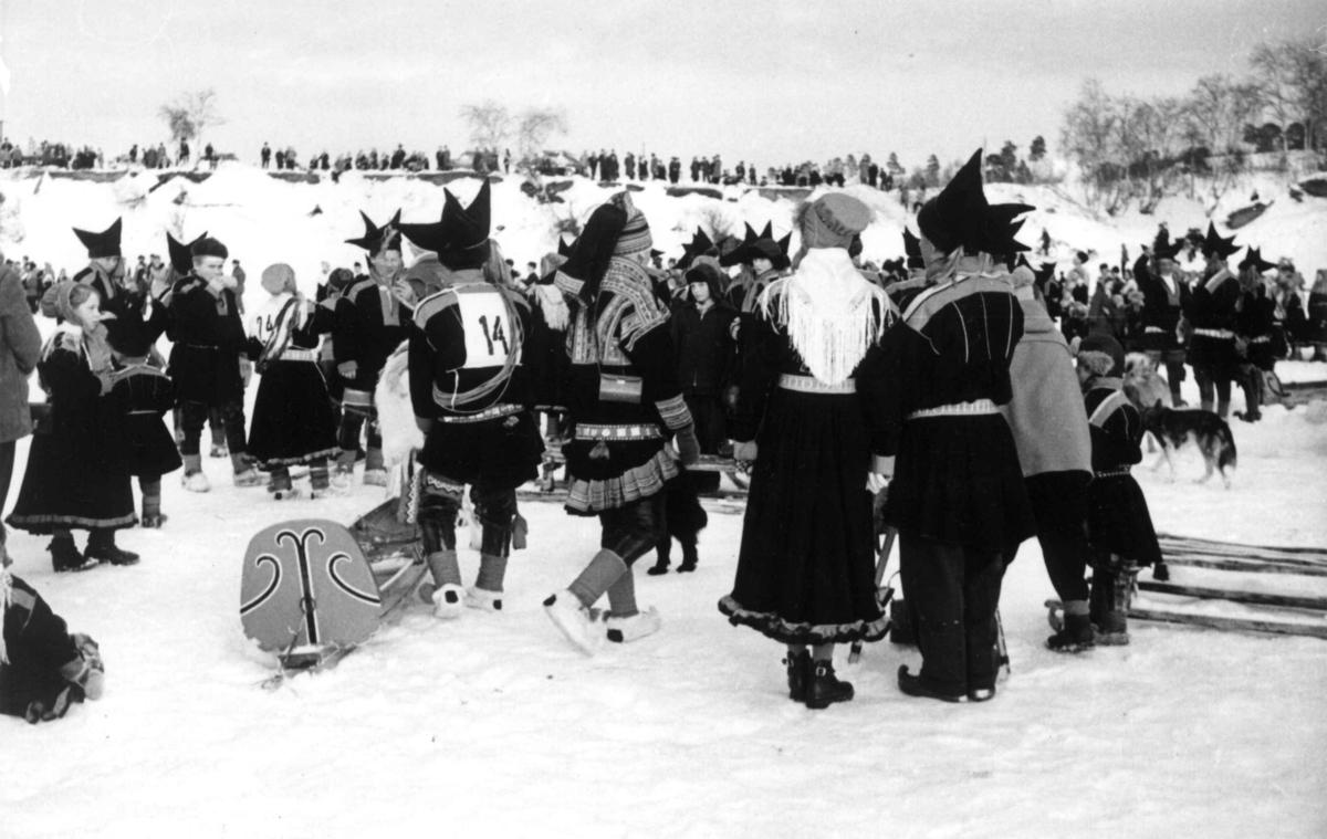 Tilskuere på reinsdyrrace på Karasjokka, april 1958.