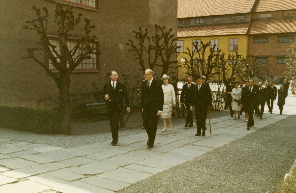 Islands president besøker NF 4/5 1971. Følget på vei ut fra Torget, med presidenten og direktør Kjellberg i spissen.