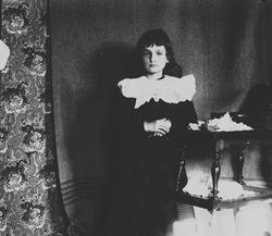 Karen Q. Wiborg ved et bord, Munkedamsveien 3, Oslo, 1903.
