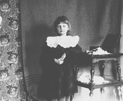 Gudrun Q. Wiborg ved siden av et bord, Munkedamsveien 3, 190