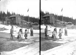 Huset på Holoa seter, Hadeland, april 1906, senvinter. Gudru