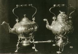 Kaffe- og tekjele i sølv. Utført i løpet av 18. årh. av henh